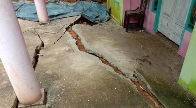 Kondisi rumah warga yang rusak karena retaknya tanah.