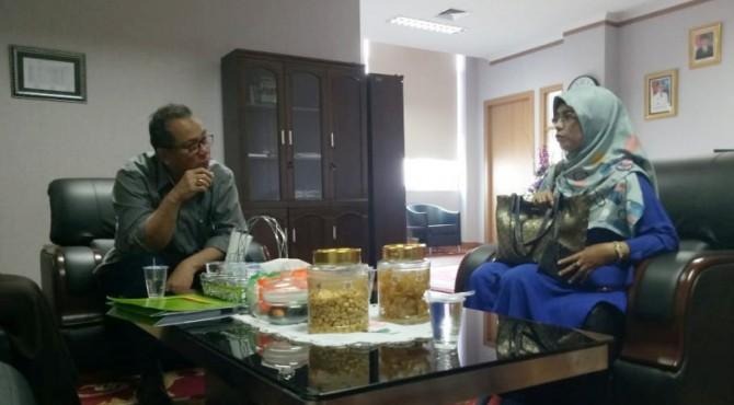 Sekdaprov Sumbar Alwis saat dialog dengan perwakilan UMKM Palupuah Agam di ruang kerjanya Sekda