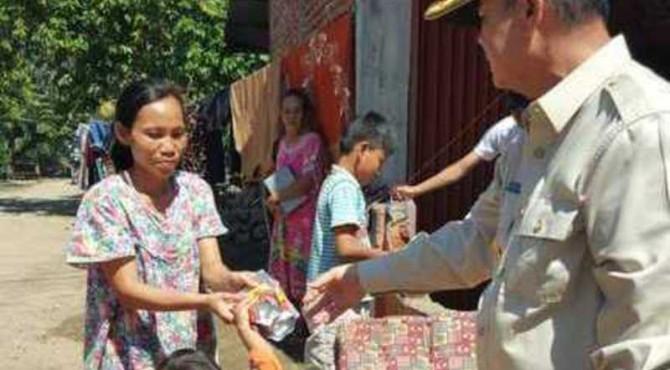 Wagub Sumbar menyerahkan bantuan Randang kepada korban bencana Bengkulu