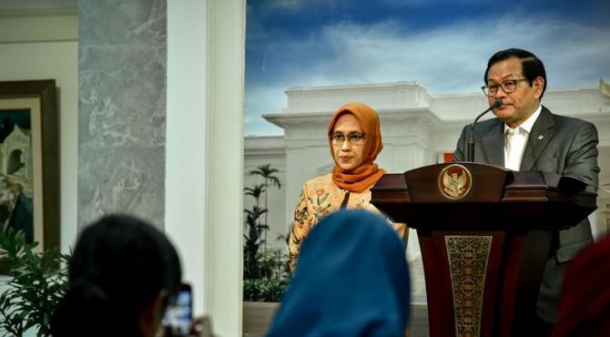 Seskab Pramono Anung menyampaikan keterangan pers usai mengikuti Rapat Terbatas tentang Persiapan Natal dan Tahun Baru 2020, di Kantor Presiden, Jakarta, Jumat (13/12) sore.