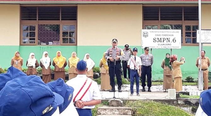 Wakapolres Sijunjung, Kompol Suyanto  memberikan edukasi pada siswa