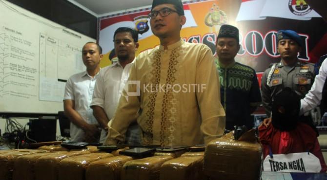 Kapolres Bukittinggi AKBP Arly Jembar Jumhana beri keterangan pada wartawan terkait tangkapan tersangka bersama 20 kilogram ganja di Bukittinggi, Senin (12/06/2017).