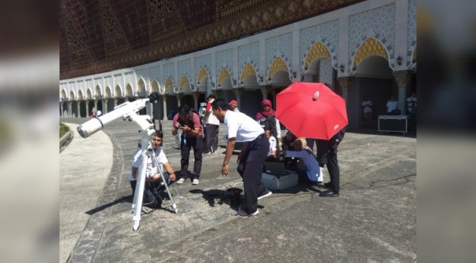 Petugas BMKG Padang Panjang Saat Mengamati Gerhana Matahari Sebagian di Masjid Raya Sumbar
