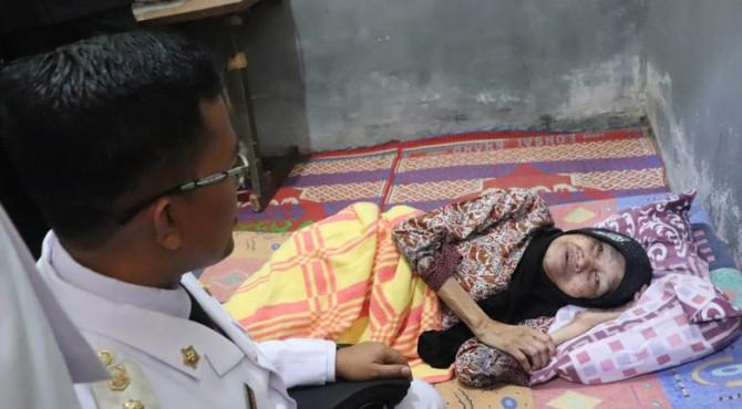 Wawako Payakumbuh Erwin Yunaz di rumah salah seorang janda pejuang.