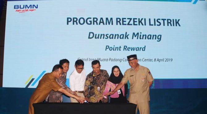 Peluncuran program Rezeki Listrik Dunsanak Minang Point Reward di Hotel Grand Inna Muara Padang, Senin (8/4)