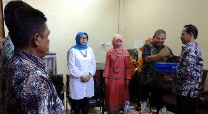 Wakil Walikota Solok Reinier menerima buku bantuan dari Yagemi untuk program Bulir.
