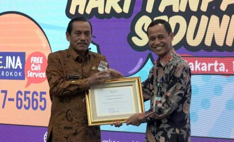 Bupati Sijunjung Yuswir Arifin Saat Menerima Penghargaan Pastika Parahita dari Direktorat Jenderal Pencegahan Pengendalian Penyakit (P2P) Anung Sugihantono di Jakarta, Kamis 11 Juli 2019