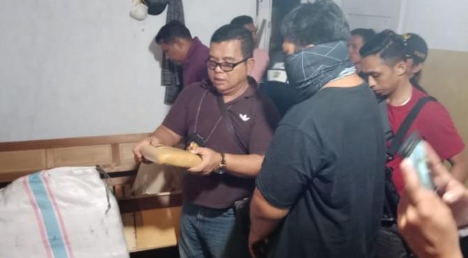 Kasat Resnarkoba Iptu Hendri Has saat menemukan kembali 50 kg ganja di Limapuluh Kota