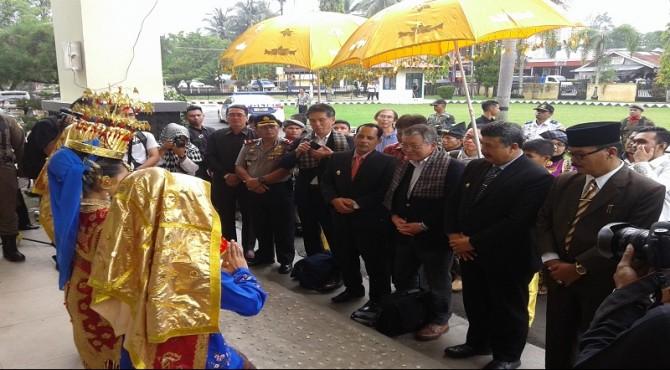 Walikota Toyohashi dan rombongan disambut tari pasambahan di Lobi Balaikota Solok.