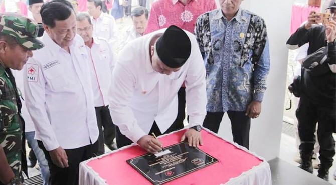 Walikota Solok Zul Elfian tandatangani prasasti tanda diresmikannya gedung baru PMI Kota Solok