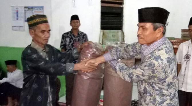 Asisten I Pemkab Pasaman, Dalisman menyerahkan bantuan kepada masyarakat bangkok dalam acara safari ramadan
