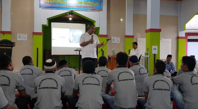 Aqua Dwipayana saat memberikan motivasi kepada narapidana pada acara shatibg komunikasi dan motivasi di Lapas Klas II A Padang