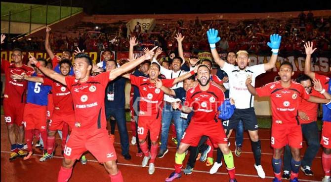 Selebrasi para pemain Semen Padang FC saat lolos ke perempat final Piala Presiden 2017 lalu.