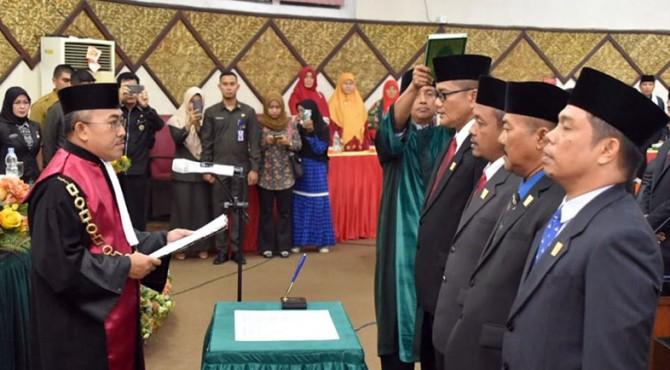 Prosesi pengambilan sumpah jabatan pimpinan DPRD Padang