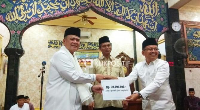 Wakil Gubernur Sumbar Nasrul Abit didampingi Walikota Pariaman Genius Umar menyerahkan bantuan Rp20 juta kepada pengurus Masjid Raya Kampung Baru, Jumat malam (10/5)