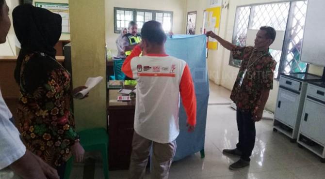 Seorang pemilih dengan Masalah Kejiwaan melakukan pencoblosan di Padang.