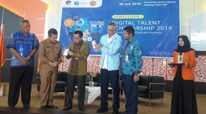Direktur PNP Surfa Yondri (tiga dari kiri) bersama Kepala Balai Besar Pengembangan Sumber Daya Manusia dan Penelitian Kemenkominfo Wilayah Medan, Irbar Samekto, menekan tombol tanda dibukanya Digital Talent Scholarship yang digelar di gedung PKM PNP.