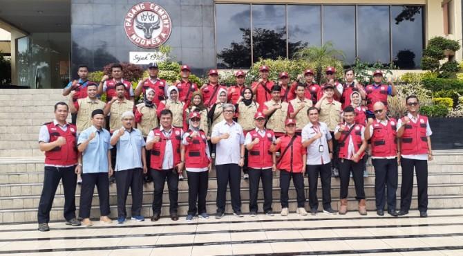 Relawan TRC Semen Padang dan tim medis SPH foto bersama dengan Direktur Operasi Semen Padang Firdaus saat pelepasan ke Solok Selatan