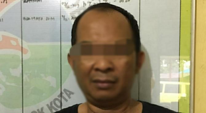 Tersangka MZ (46) saat diamankan Satres Narkoba Polres Solok Kota.