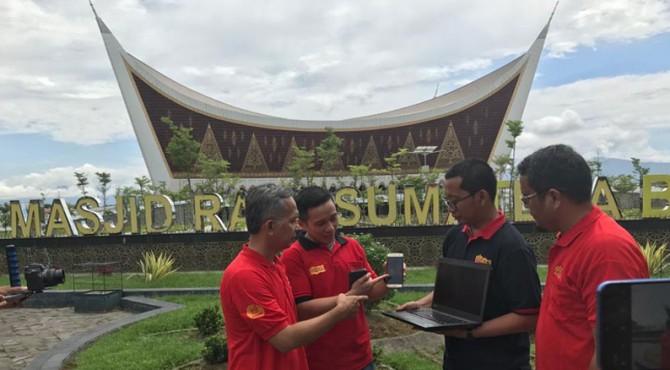 Uji jaringan Indosat Ooredoo di kawasan Masjid Raya Sumbar di Kota Padang, Kamis (25/04/2019)