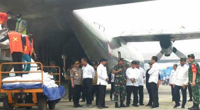 Presiden Jokowi meninjau proses persiapan penaburan garam sebelum meninjau lokasi karhutla, di Kab. Pelalawan, Riau, Selasa (17/9) pagi.
