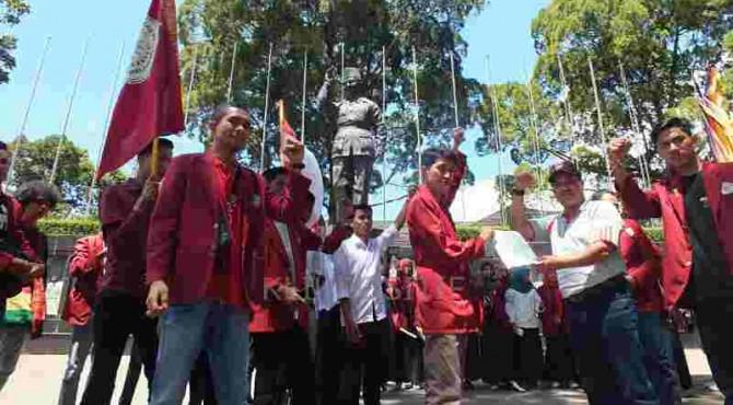 Para mahasiswa yang menggelar aksi di Bukittinggi menyerahkan tuntutan kepada anggota DPRD setempat.