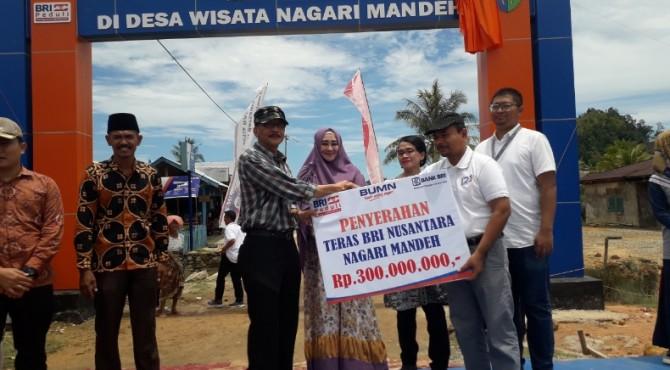 Komut BRI Andirnof Chaniago (kanan) menyerahkan secara simbolis bantuan Teras BRI Nusantara Nagari Mandeh kepada Bupati Pessel, Hendrajoni