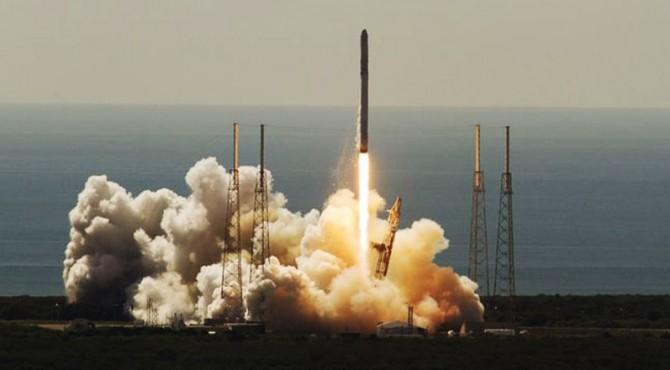ilustrasi roket luar angkasa