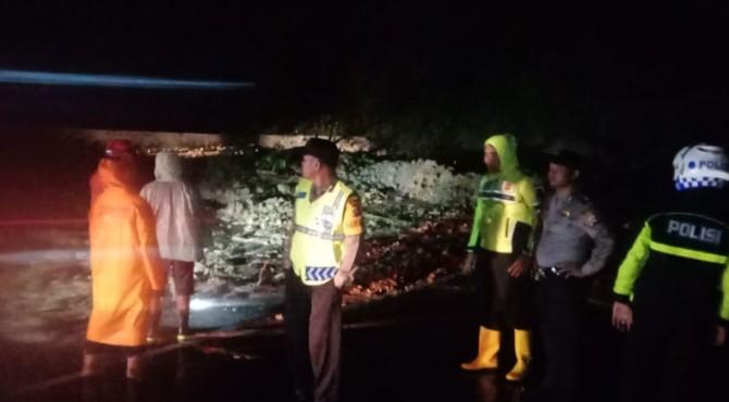 Sejumlah polisi memantau kondisi longsor yang memutuskan jalur Sumbar-Riau di Limapuluh Kota