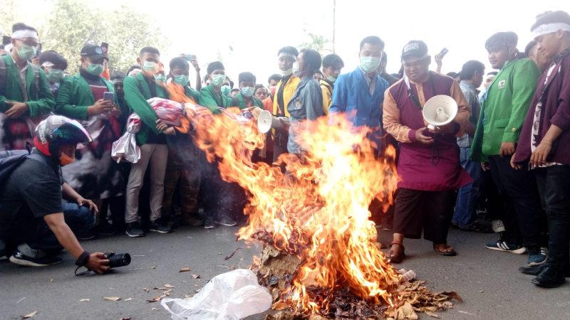 Mahasiswa demo di kantor gubernur Sumbar