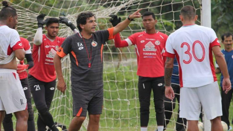 Pelatih Semen Padang FC, Eduardo Almeida saat memberi arahan kepada para pemain.