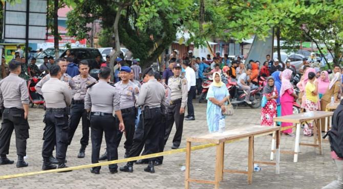Polisi berjaga-jaga di sekitar Kantor Camat Koto XI Tarusan Pessel