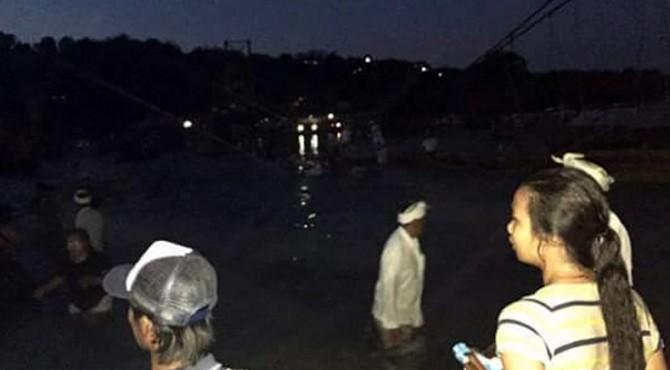 Jembatan Kuning di Bali roboh. Dilaporkan 8 orang meninggal dunia dalam kejadian ini.