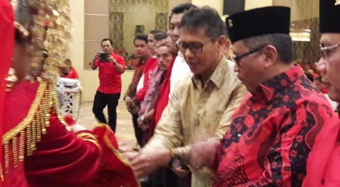 Gubernur Sumbar Irwan Prayitno bersama Sekjen PDIP Hasto Kristiyanto dalam acara Konferda PDI-P se Sumbar