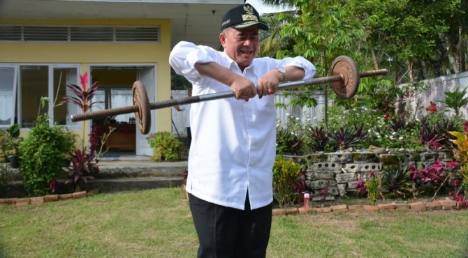 Wagub Sumbar Nasrul Abit latihan angkat besi di Danau Singkarak