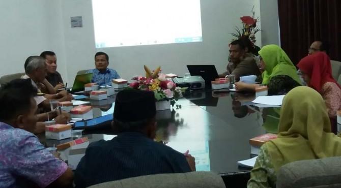 CSR PT Semen Padang menggelar evaluasi dan diskusi perkembangan penanaman pohon gaharu di GSG Lantai I. Selasa (17/5). Evaluasi dan dikusi itu juga diikuti oleh kelompok tani, Fakultas Pertanian Unand, Dispernakbunhut Kota Padang dan Dinas Kehutanan Provinsi Sumbar