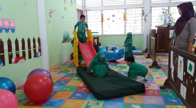 Sejumlah anak TK Semen Padang terlihat sedang asik menikmati berbagai jenis permaianan di Kelas Bermain