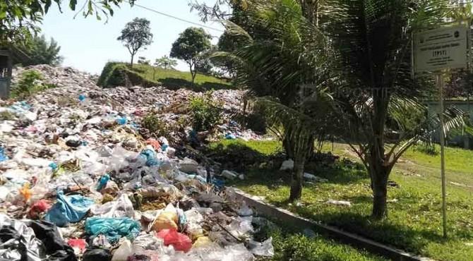 Kondisi TPST Durian Gadang yang sudah dipenuhi sampah dan tak dibenahi.