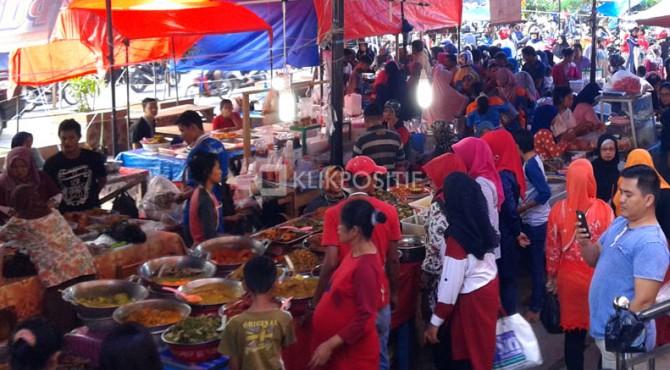 Suasana di Pasar Pabukoan Kota Solok, depan Pasar Semi Moderen