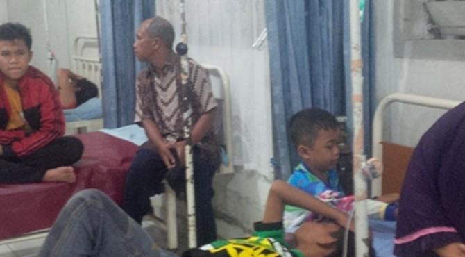 Belasan warga Pasaman yang diduga kertacunan nasi bungkus saat Pesta Rakyat Pasaman di rawat di RSUD Lubuk Sikaping