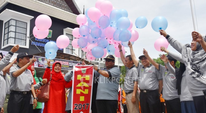Wabup Padang Pariaman, Suhatri Bur yang didampingi SKPD saat melakukan lepas balon di depan Kantor Bupati Padang Pariaman