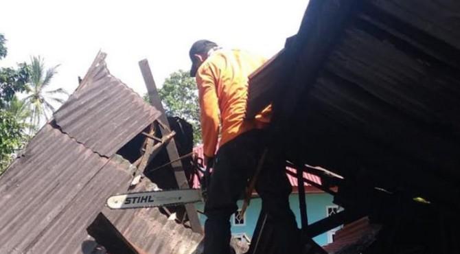 Rumah tertimpa pohon tumbang di Limapuluh Kota