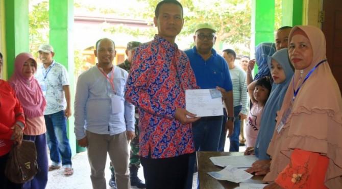 Walikota Pariaman, Genius Umar didampingi Kepala Dinas PMDes Efendi Jamal saat meninjau pelaksanaan Pilkades, Minggu 28 April 2019.