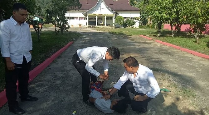 Petugas membekuk pengedar narkoba di halaman SKB I Tanah Datar.
