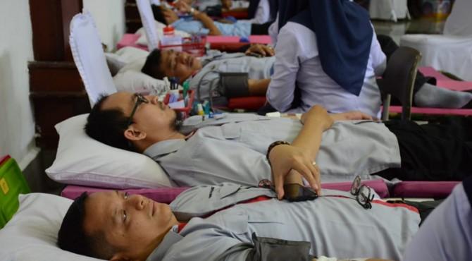 Karyawan PT Semen Padang mengikuti donor darah yang diadakan CSR Semen Padang, Rabu, (28/8)