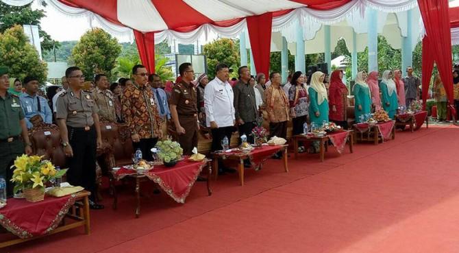 Walikota Solok H. Zul Elfian bersama ketua Dekranasda Kota Solok Ny. Zulmiyetti Zul Elfian saat berbincang dengan Kabid Usaha Dekranas, Bintang Puspayoga.