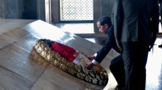 Presiden Jokowi meletakkan karangan bunga di makam Mustafa Kemal Atartuk, di Ankara, Turki, Kamis (6/7)