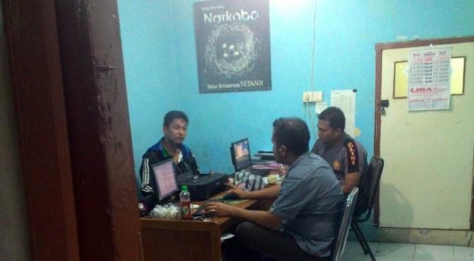 Pelaku diperiksa petugas di Mapolres Bukittinggi, Kamis (14/04/2016)