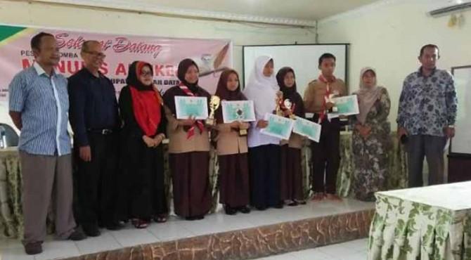 Pemenang lomba menulis artikel bersama panitia dan dewan juri.