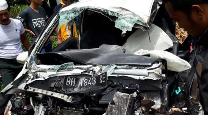 Salah satu mobil yang terlibat kecelakaan di Sijunjung